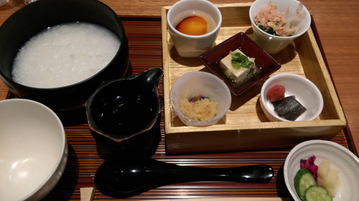 東京・羽田空港第一ターミナル「あづさ」朝食粥。。朝食メニューは2つで、御粥セットを注文。  とてもおしゃれな御膳が登場。とろみのあるお出汁をかけていただくスタイル。(2016年2月26日)